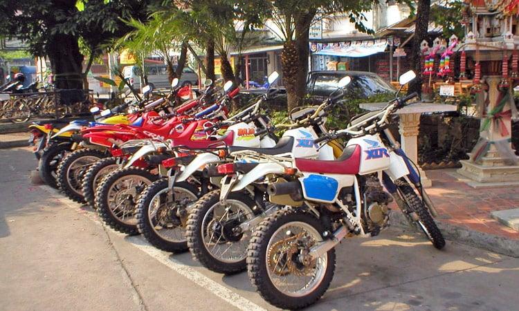 Die Motorräder stehen bereit