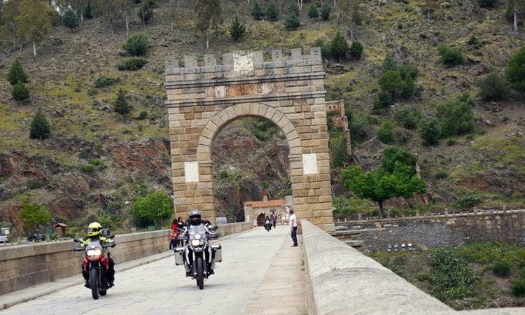 Wir überqueren die historische Brücke von Alcantara