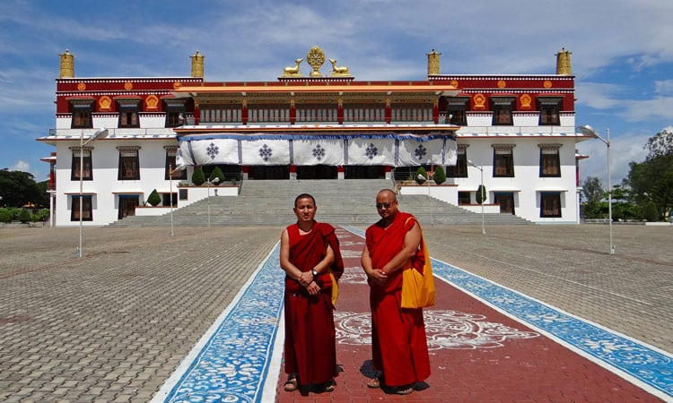 Mönche vor dem Drepung Kloster nahe Lhasa