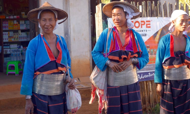 Traditionell gekleidete Frauen in Mae Sot
