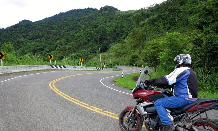Traumhafte Kurvenstrecke durch die Berge