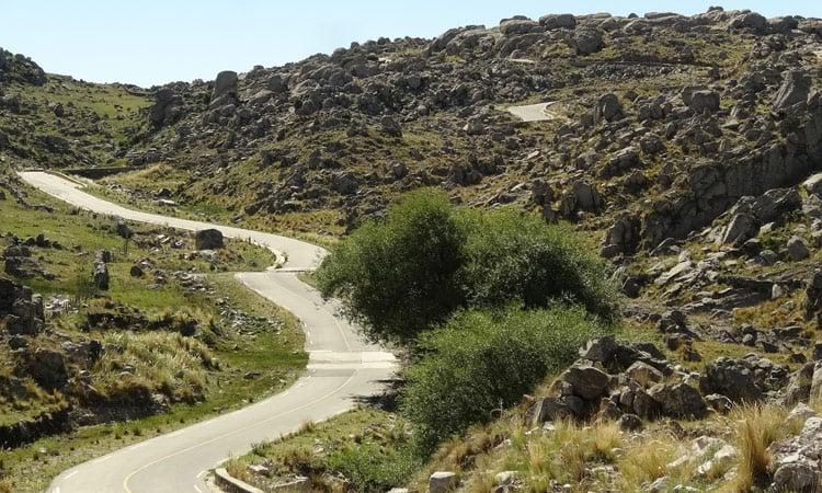 Straße durch die Berge von Argentinien