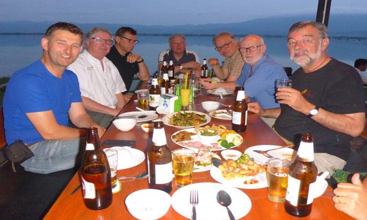 Gemeinsames Abendessen mit Blick auf den Fluss