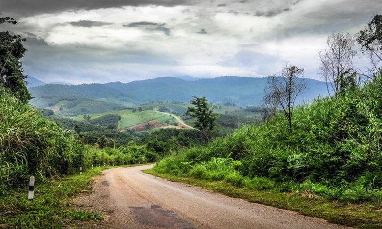 Wir fahren durch schöne Landschaften Laos