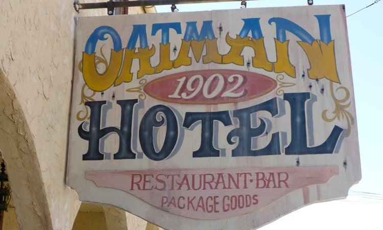 Das Schild des historischen Oatman Hotels