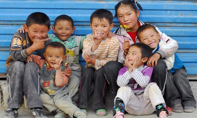 Eine Gruppe lachender Kinder in Tibet