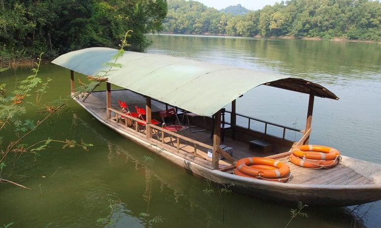 Wir machen eine Bootsfahrt am Thac Ba See