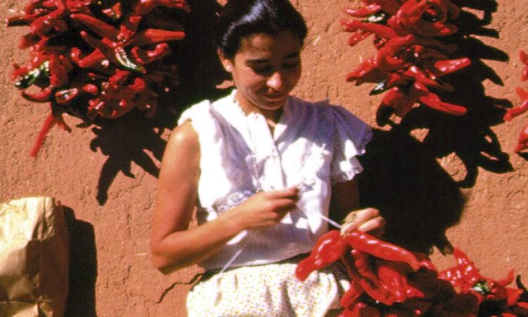 Mexikanerin hängt Chillies zum trocknen auf