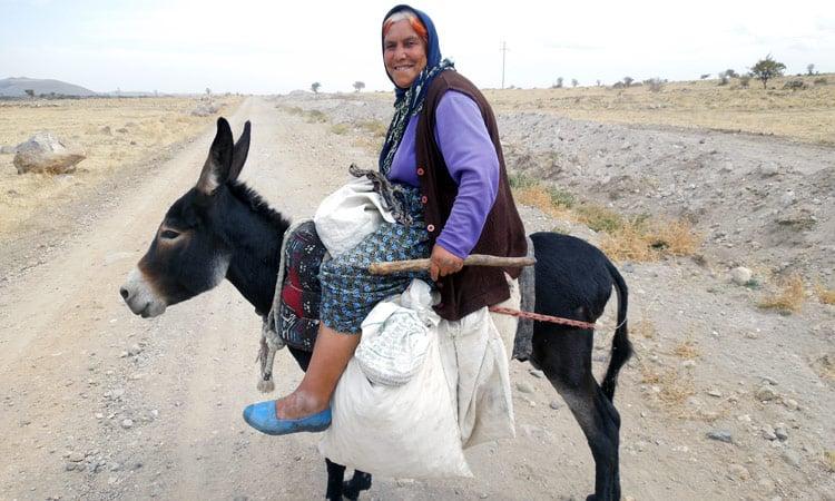 alte Frau auf dem Esel