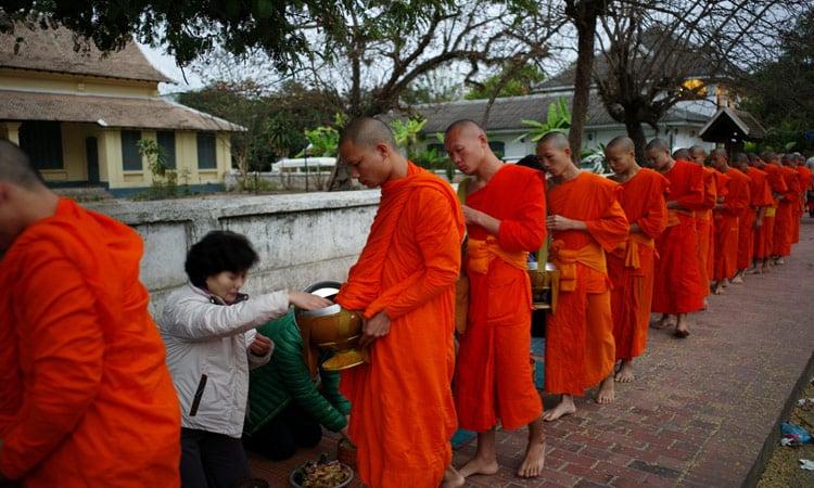 Die Mönche werden von den Gläubigen versorgt