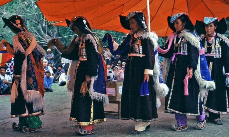 Ladhaki Frauen beim traditionellen Tanz