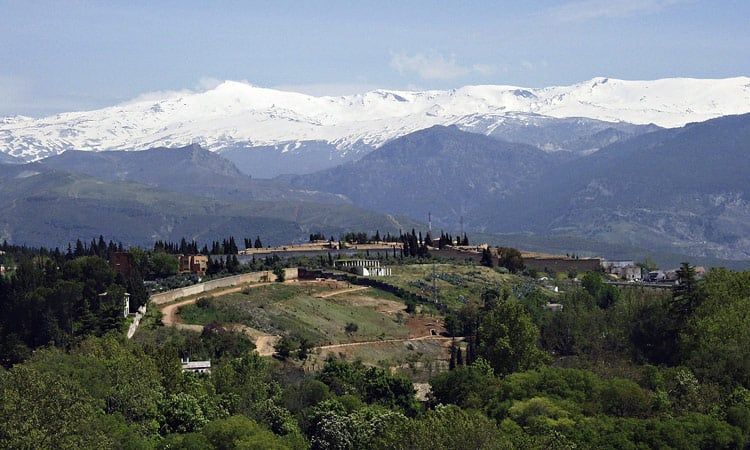 Die schneebedeckten Gipfel der Sierra Nevada