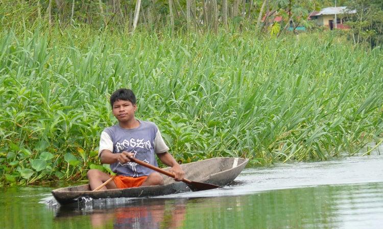 Amazonasgebiet Peruanischer Junge im Kanu