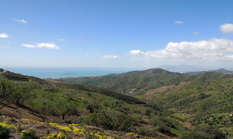 Bergpanorama mit Blick aufs Meer