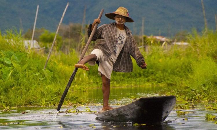 Der Fischer am Inle See rudert mit den Füßen