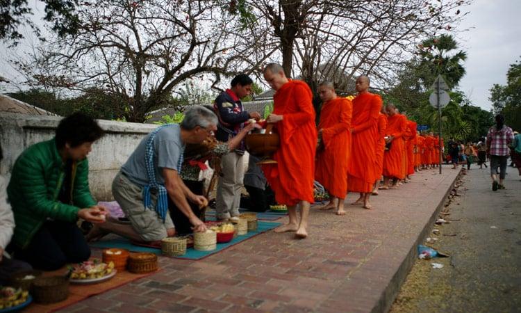 Die Mönche erhalten Gaben