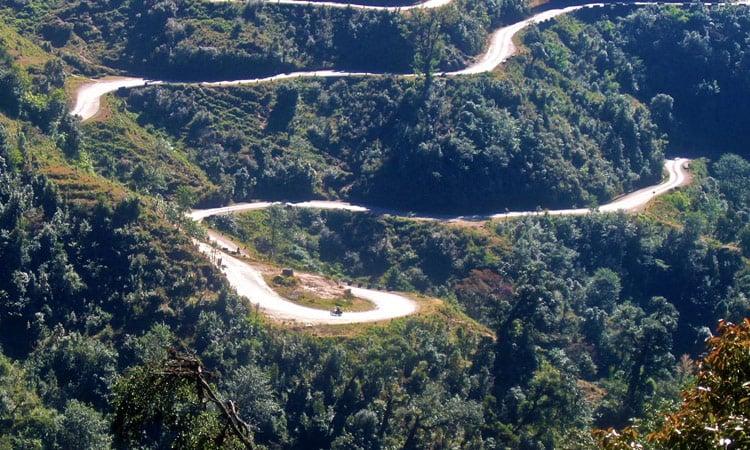 Kurvige Bergstrasse in Nepal