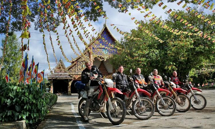 Gruppenbild vor der Tempelanalage