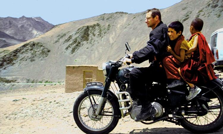 Die jungen Mönche genießen die Fahrt auf dem Motorrad