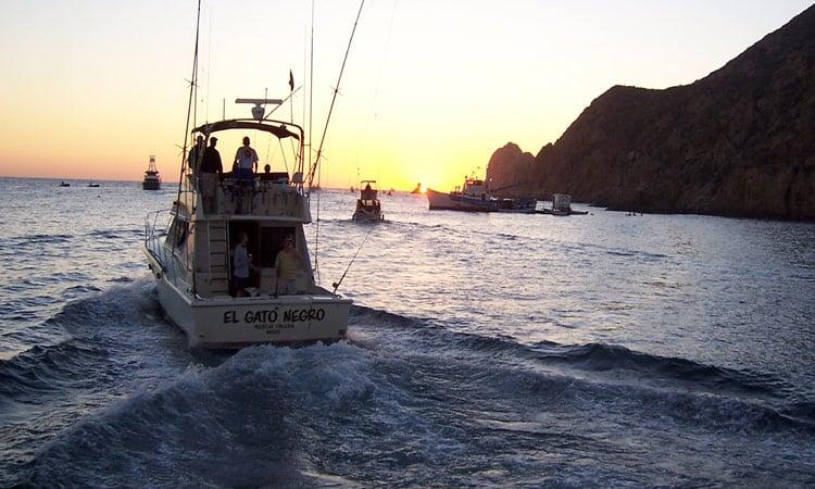 Sonnenaufgang die Fischer fahren aufs Meer