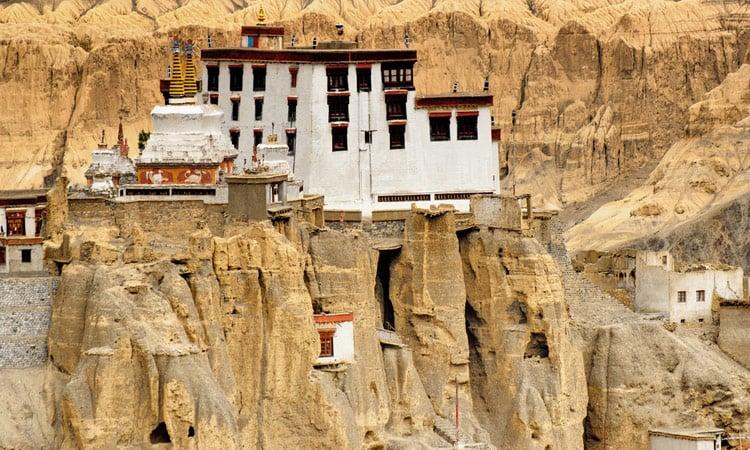 das auf Felsen gebaute Lamayuru Kloster