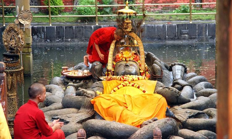Die Statue der schlafende Vishnu