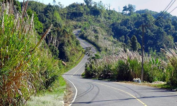 Kurvenstrecke durch die Berge