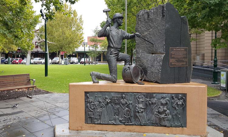 Statue eines Goldgräbers in Beringo