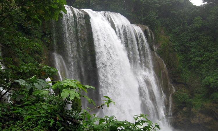 Blick auf den Pulhapanzak Wasserfall