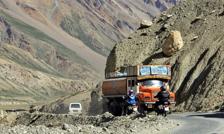 Gegenverkehr am Pass, kein Problem - es ist genug Platz!