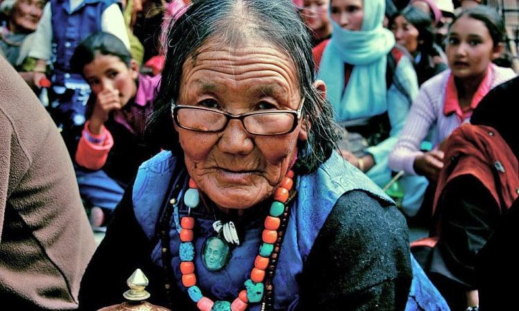 Eine alte Ladakhi Frau wartet auf den Dalai Lama