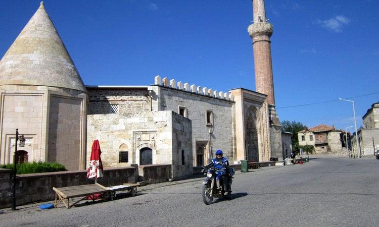 Durch die Ortschaft vorbei an der Mosche