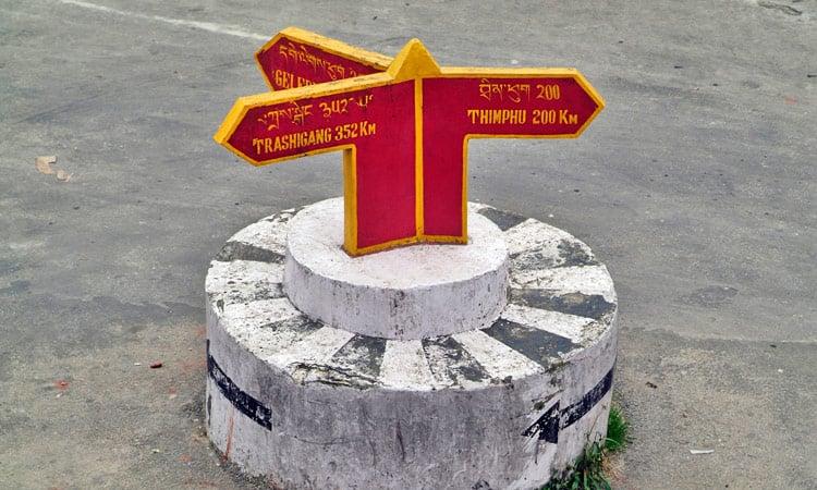 Bhutan Wegweiser auf der Straße
