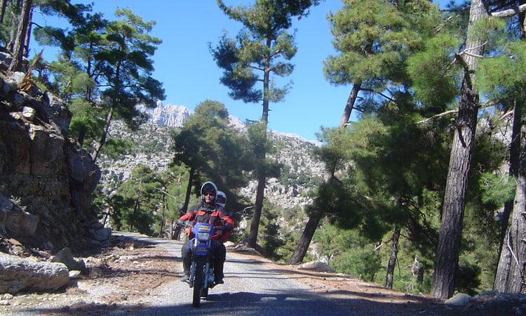 Fahrt auf einsamen Bergstraßen
