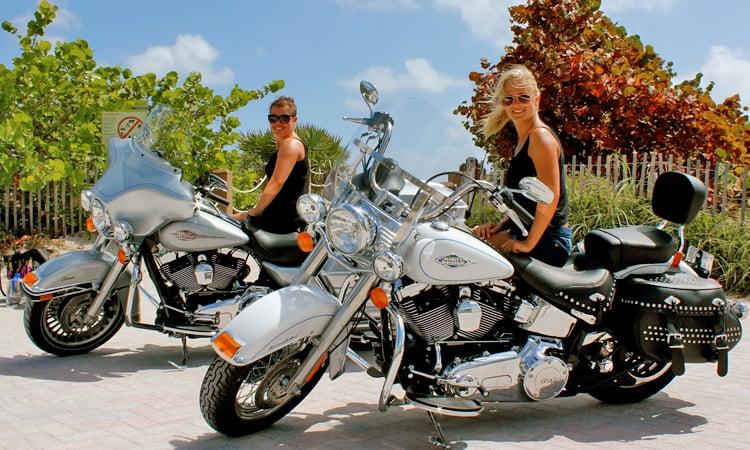Schöne Motorräder und schöne Frauen