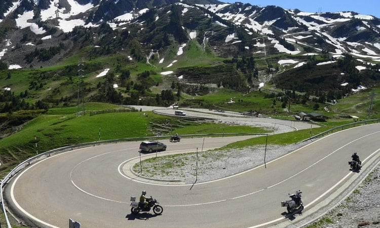 Kurven und Bergpanorama, Motorradparadies Pyrenäen