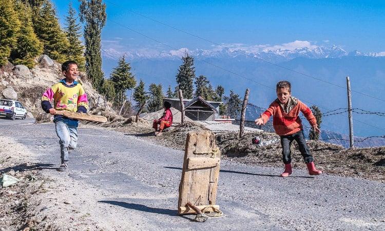 Sikkim Kinder spielen Cricket auf der Straße